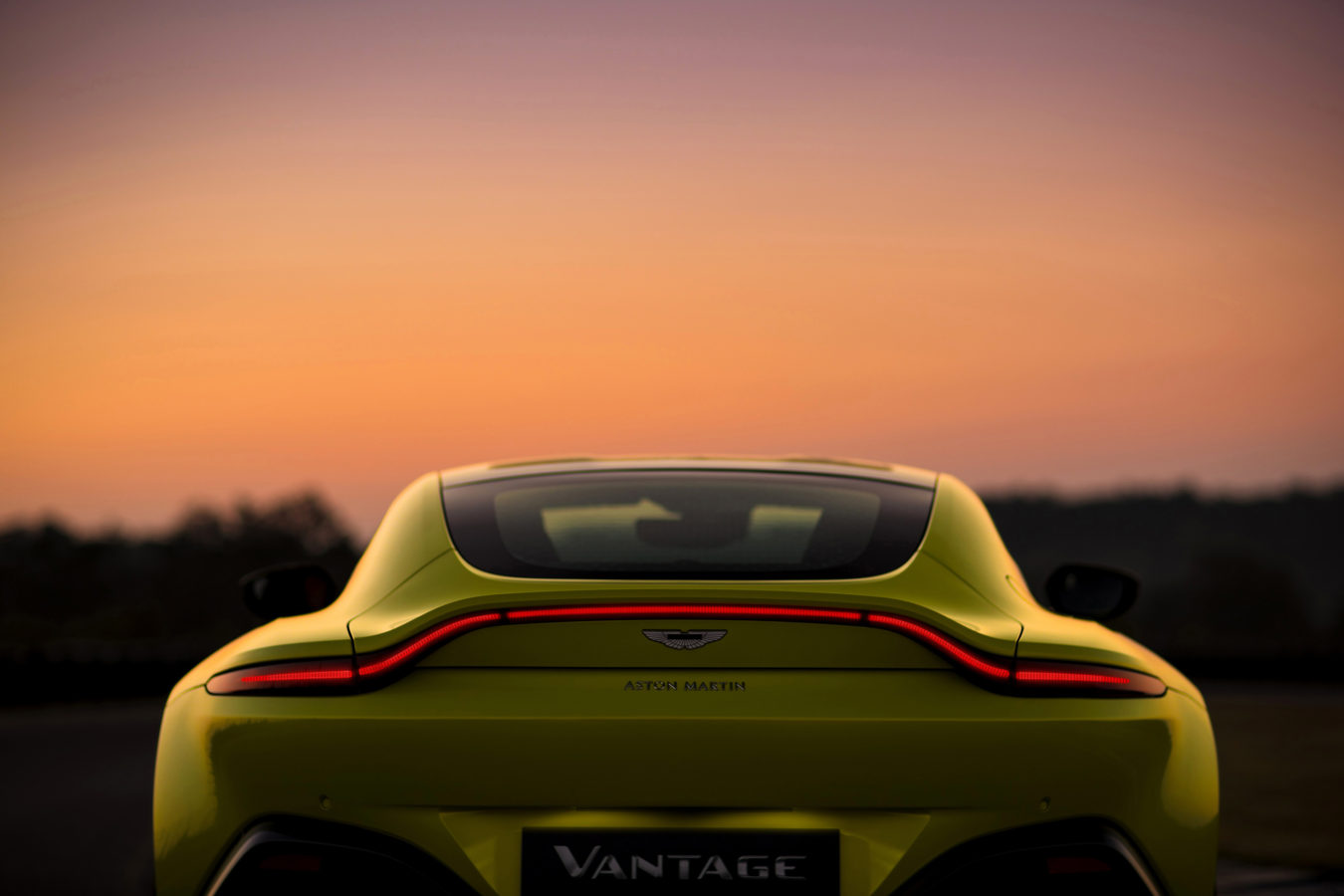 all new 2019 aston martin vantage blasts from 0 60 mph in just 3 5 seconds trackworthy. Black Bedroom Furniture Sets. Home Design Ideas