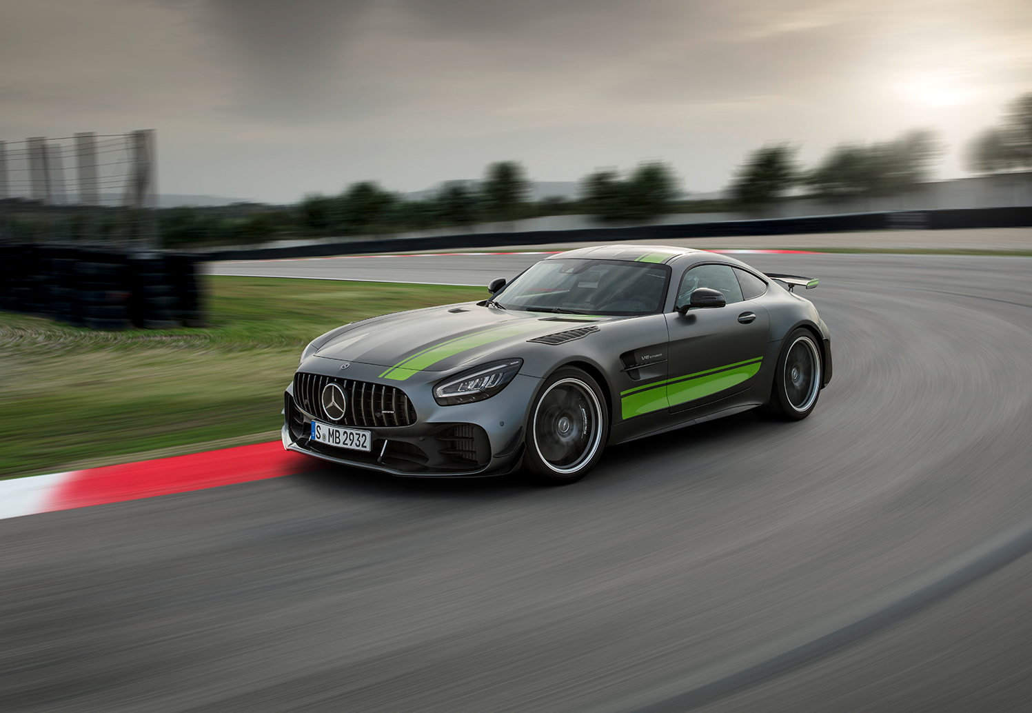 updated mercedes amg gt and amg gt r pro unveiled in los angeles trackworthy. Black Bedroom Furniture Sets. Home Design Ideas